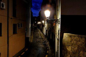 calle nocturna y mágica en el barrio del realejo de granada