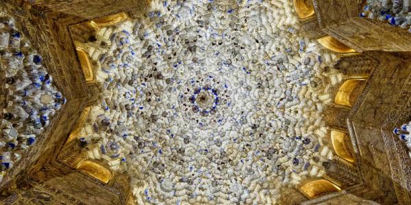 Detalle de mocárabes en la arquitectura de la Alhambra